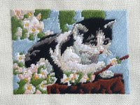 Вышивка миниатюры счетной гладью по схеме Котенок и цветущая вишня